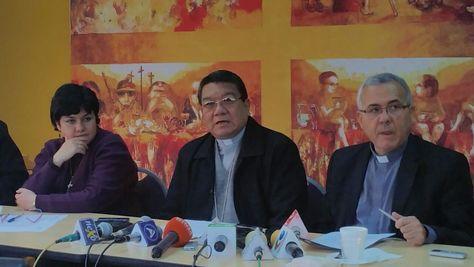 Al centro, el secretario de la Conferencia Episcopal de Bolivia (CEB), monseñor Aurelio Pesoa.