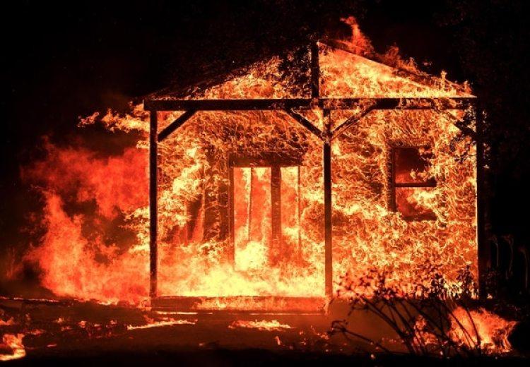 Decenas de viviendas ya fueron alcanzadas por las llamas (AFP)