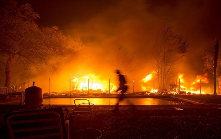 Un bombero lucha entre las llamas(AFP)