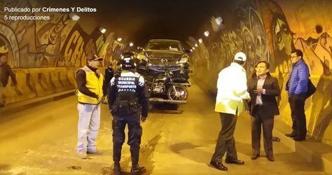 Uno de los vehículos accidentados a punto de ser trasladado en una grúa.