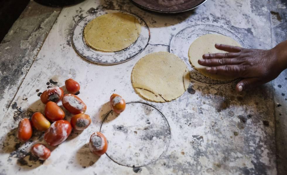 Una familia de guatemaltecos prepara la comida.