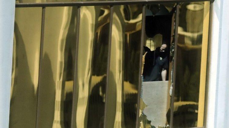 La ventana desde la que disparó, supervisada por un oficial