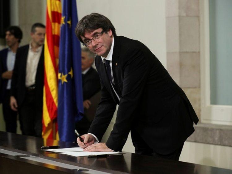 "Puigdemont en la firma del documento ""simbólico"" (Reuters)"