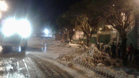 Personal del Retén de Emergias de Sucre realizan el levantamiento de la granizada de la ciudad. Foto: Retén de Emergencias