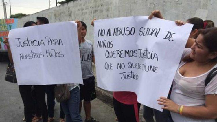 Protesta de los padres para exigir justicia (foto: gentileza El Comercio)