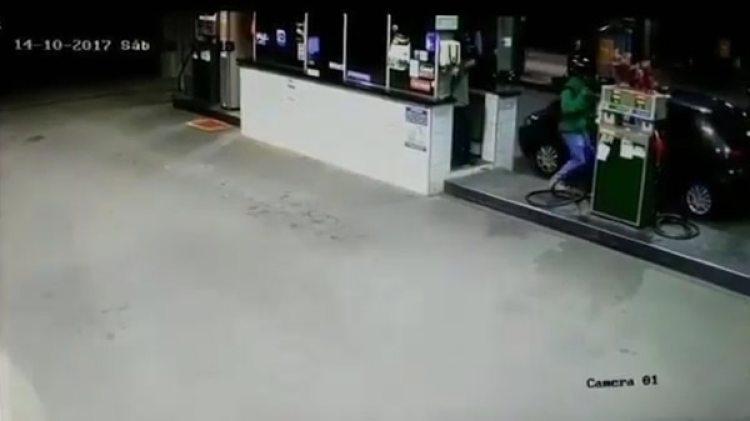El momento en que el ladrón trata de abordar al cajero