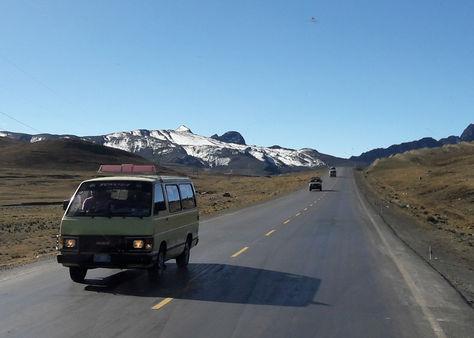 Vehículo circulan por la carretera a Yungas en La Paz por el sector de la Cumbre. Foto: La Razón