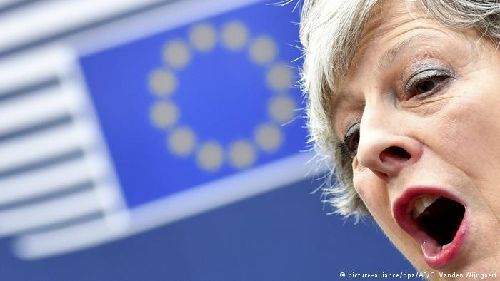 EU-Gipfel Theresa May spricht mit Journalisten bei der Ankunft (picture-alliance/dpa/AP/G. Vanden Wijngaert)