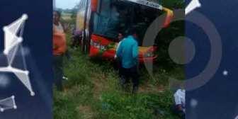 Bus se vuelca a la altura de Ichilo por exceso de velocidad