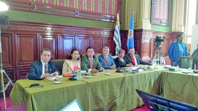 DELEGADOS. Los jueces de la AMABOL y el abogado peticionante en la audiencia en la CIDH.