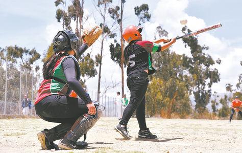 Escena de un partido de softbol de la Liga Femenina paceña. Foto: Pedro Laguna-La Razón