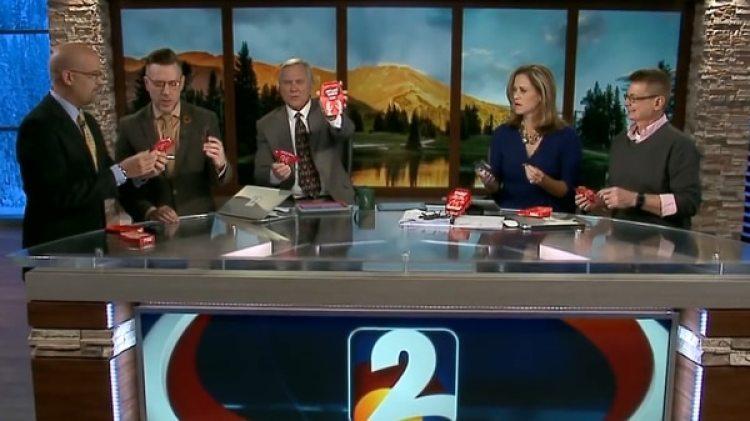 Los presentadores del programa comieron la papa frita extra picante