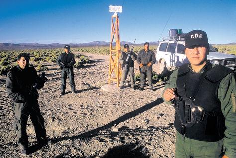Efectivos delCOA junto a un hito en la frontera conChile.