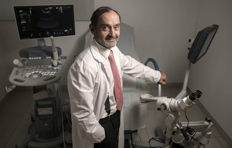 El oncólogo de la clinica Anderson Javier De Santiago en su consulta en Madrid el viernes 19 de octubre.