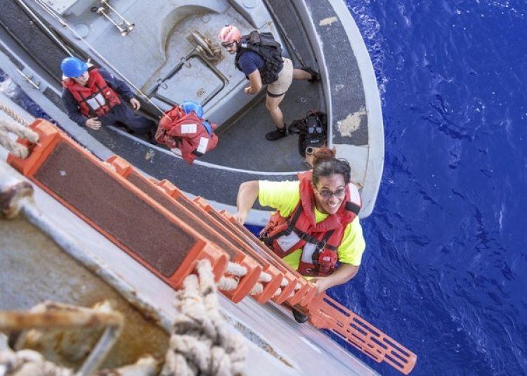 Tasha Fuiaba mientras es rescatada por la USS Ashland de la Marina estadounidense (Mass Communication Specialist 3rd Class Jonathan Clay/U.S. Navy via AP)