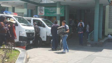 Personal policial confisca equipos en el Hospital Obrero. Foto: Ángel Giuarachi