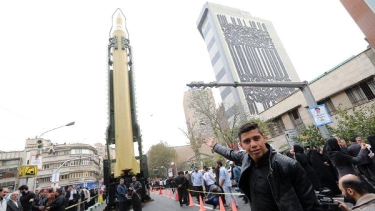 Una réplica del misil balístico Ghadrfrente al lugar donde funcionaba la embajada de Estados Unidos hasta 1979 (AFP)
