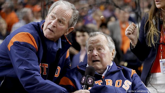 USA Expräsidenten George W. Bush und George H. W. Bush (picture-alliance/dpa/D. J. Phillip)