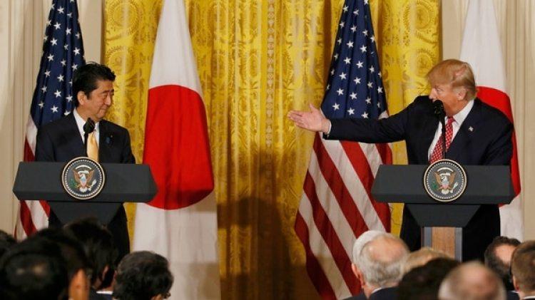 El primer ministro japonés, Shinzo Abe, junto a Donald Trump, en Estados Unidos. (Reuters)