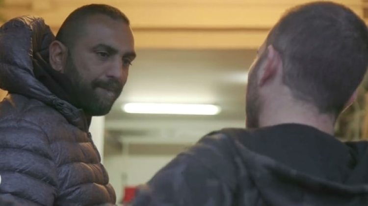 El agresor Roberto Spada y, de espaldas, el periodista Daniele Piervincenzi
