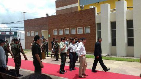 El canciller Huanacuni (d) y el ministro Sánchez (c) en su inspección a las instalaciones de Expocruz.