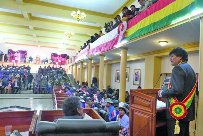 ANUNCIO. El presidente durante su intervención en la sesión de honor desarrollada ayer.