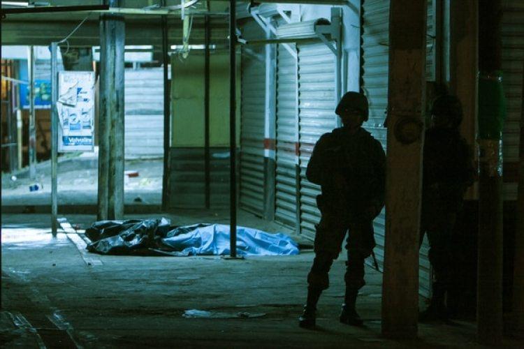 Un soldado patrulla la zona donde ocurrió un asesinato, en Sinaloa (AP)