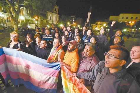 Movilización. Población LGBT protesta en la plaza Murillo tras la sentencia del TCP, el jueves.