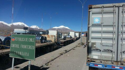 Vehículos del transporte pesado parados por el paro aduanero chileno en el paso fronterizo de Chungará.
