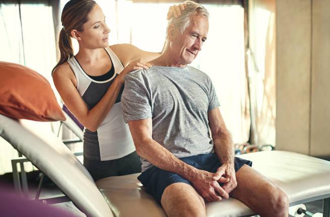 Acude a tu fisioterapeuta o médico si el dolor persiste. (iStock)