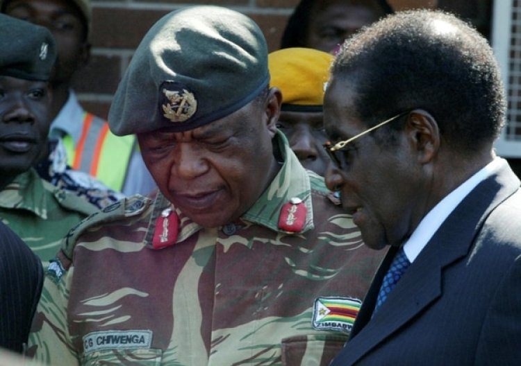 El presidente Robert Mugabe habla con el General Constantino Chiwengaen una foto de 2008. (REUTERS/Philimon Bulawayo/archivo)