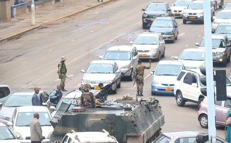 Un tanque bloquea la calle del Parlamento en Harare (Zimbabue). Tres ministros del Gobierno de Zimbabue fueron detenidos por los militares. Foto: EFE