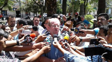 El gobernador de Tarija Adrián Oliva en declaraciones a la prensa.