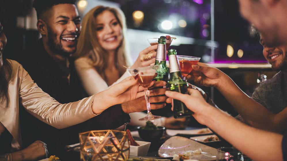Foto: ¿Cerveza o copa? Que la noche decida. (iStock)