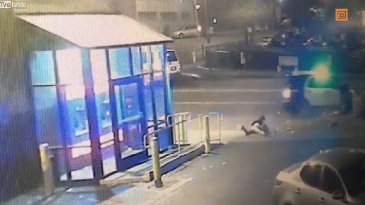 El momento en que pasa el auto y atropella a los peatones