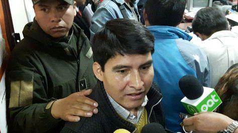 El exdirigente campesino Damián Condori a la salida de la audiencia que fijó su detención domiciliaria.
