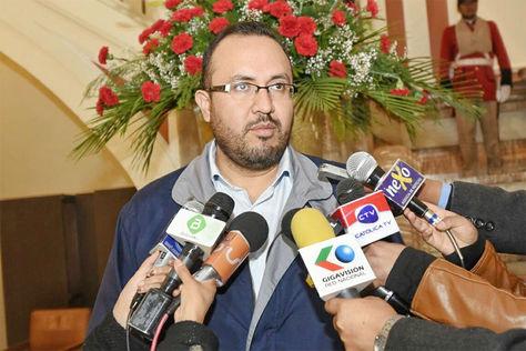 Milton Claros Hinojosa, ministro de Obras Publicas, Servicios y Vivienda informa en palacio de gobierno a medios de prensa.