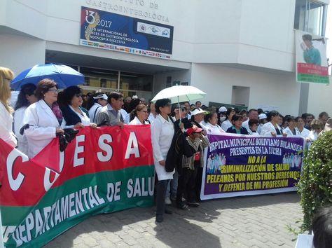 Médicos del Hospital de Clínicas protestas en la puerta de la unidad de gastroenterología.