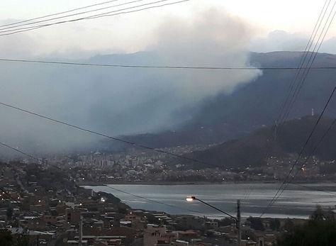 La humareda ocasionada por el incendio en el Parque Nacional Tunari llegó a la ciudad de Cochabamba.
