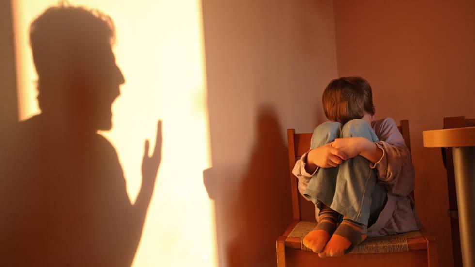 Un niño recibe una reprimenda de su progenitor.
