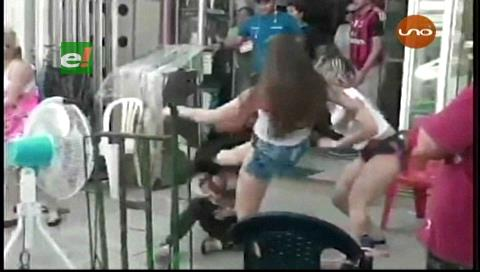 Dos paraguayas agarran a golpes a una colombiana en el mercado Abasto