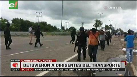 Santa Cruz. Policía interviene el bloqueo en la ruta al norte; hay 10 detenidos