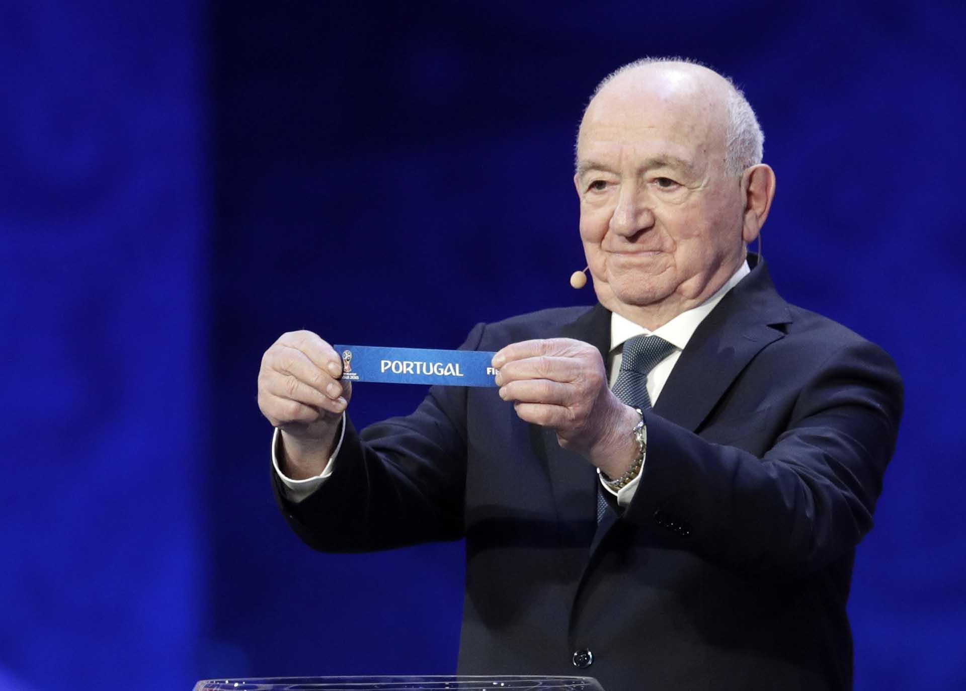 Nikita Simonyan, ex jugador ruso,muestra que Portugal va al grupo B(AP Photo/Dmitri Lovetsky)