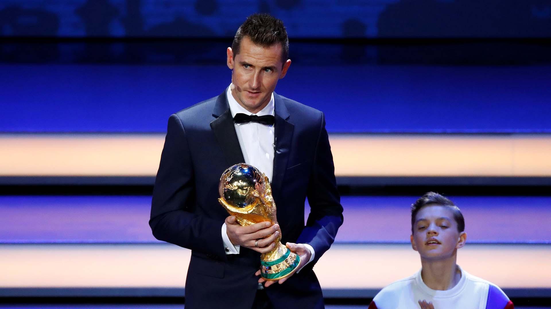 Klose, goleador histórico de la historia de los mundiales, se fotografió con la copa