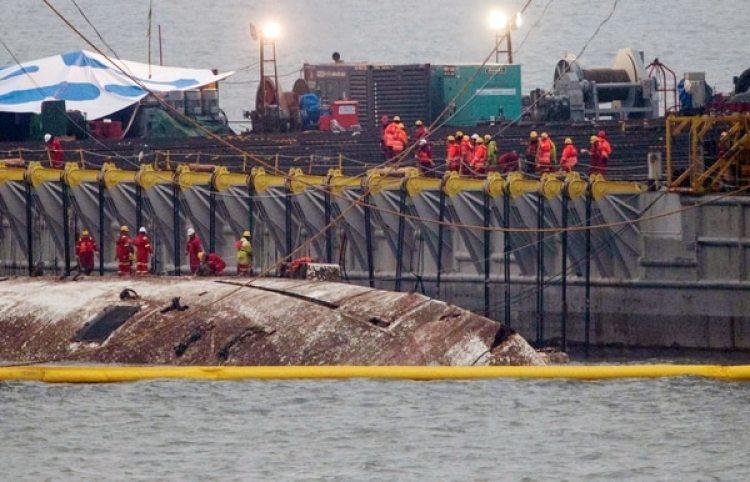 El ferry hundido Sewol es elevado durante sus operaciones de rescate en el mar frente a Jindo, Corea del Sur, el 23 de marzo de 2017. (Reuters)