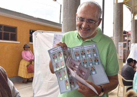 El expresidente Carlos Mesa durante la emisión de su voto. Foto:APG