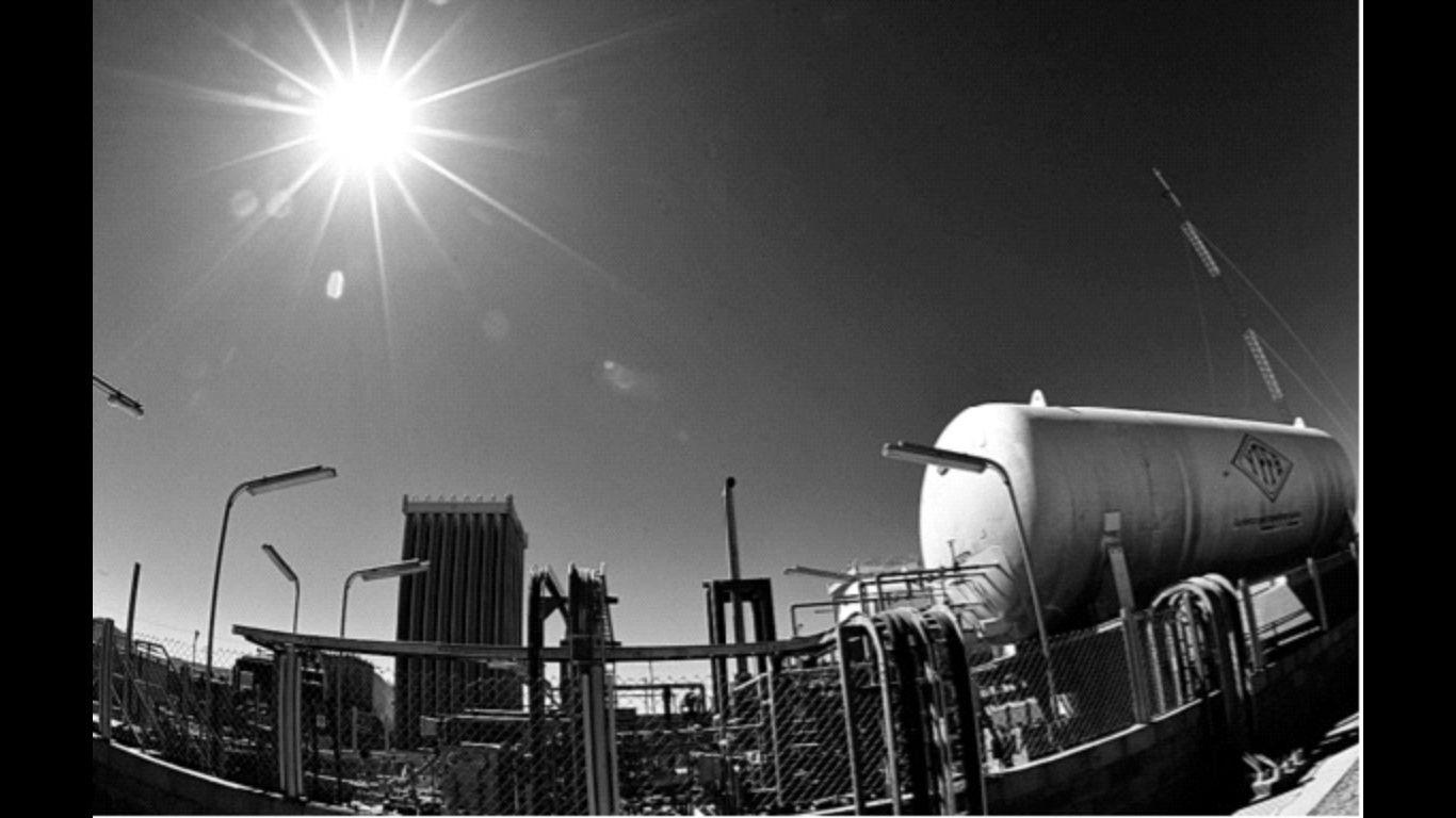 El petróleo Brent baja un 2,49 % y cierra en 61,29 dólares
