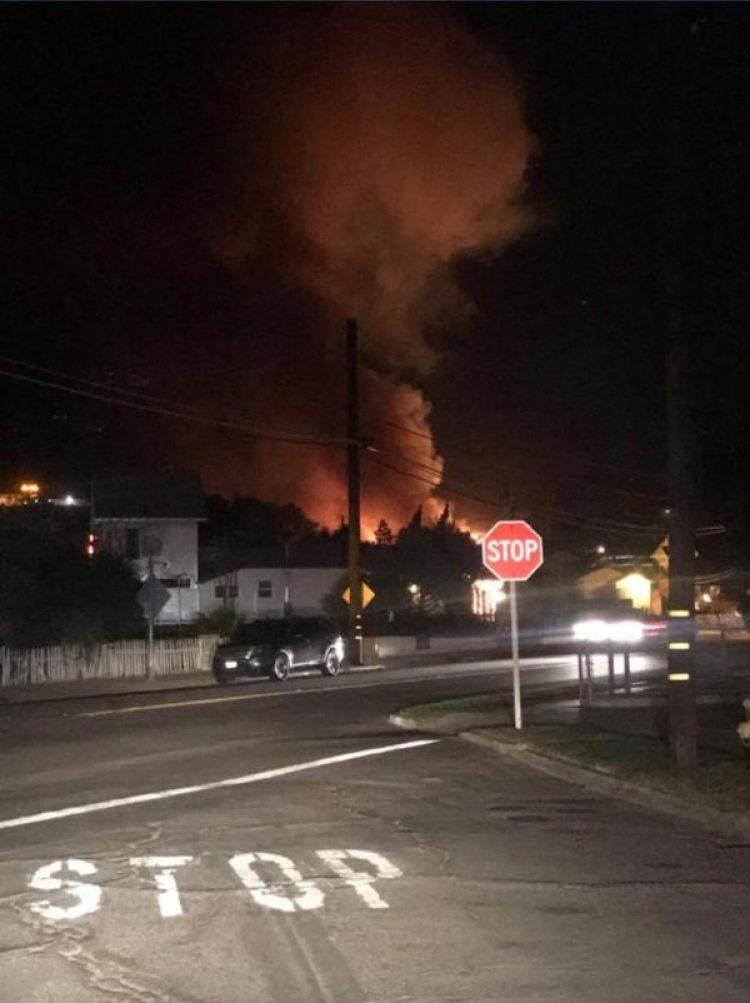 Los fuertes vientos están extendiendo el incendio Thomas -llamado así por el nombre del colegio- hacia las ciudades de Santa Paula y Ventura, donde residen unas 140.000 personas