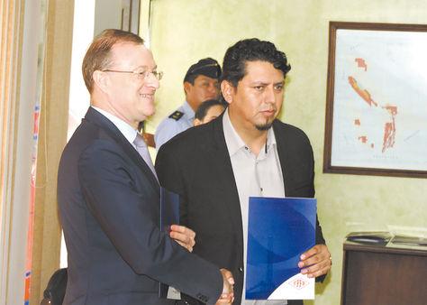 Santa Cruz. Óscar Barriga, de YPFB, y Loïc Laurandel, de Total, se estrechan las manos tras la firma del acuerdo.