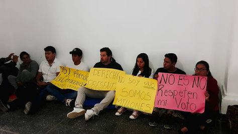 Los jóvenes que instalaron una huelga de hambre en Tarija.